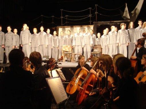 """A peça """"Aquele que diz sim e aquele que diz não"""" encenada por 70 crianças de uma escola de Dessau no Berliner Ensemble como parte do Brecht Fest"""