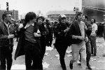 Zinn, ainda jovem, sendo preso em manifestação